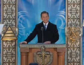 Г-н Дэвид Мицкевич, Председатель правления Центра религиозной технологии и духовный лидер саентологической религии, провёл церемонию открытия новой Саентологической церкви Квебека.