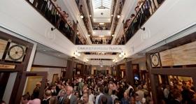 Как только ленточка была перерезана, тысячи саентологов и гостей посетили превосходную четырехэтажную галерею церкви.