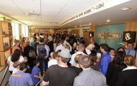 Когда ленточка была перерезана, поток саентологов и гостей заполнил здание площадью 3200 квадратных метров по адресу Вест Харрисон, 300. Так саентологи и их гости начали экскурсию по новой Саентологической церкви штата Вашингтон.