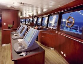 Капитанский мостик, оснащён цифровым оборудованием и передовой радарной системой «Кельвин Хьюз», а его окна обеспечивают обзор на 360 градусов.